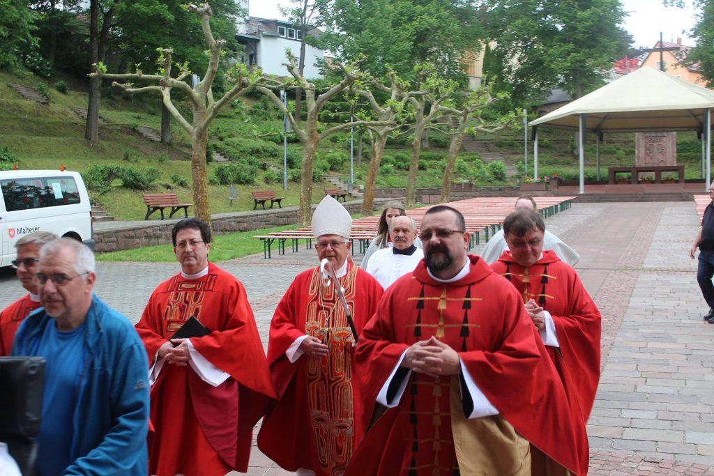 Einzug mit Weihbischof Dr.Kreidler Bildquelle: Felix Kaufmann