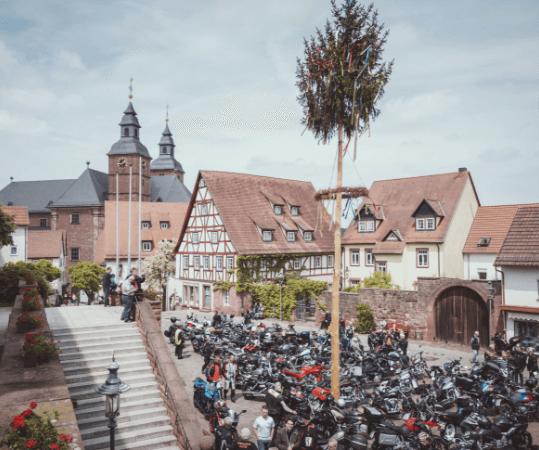 Schlossplatz mit Motorräder zur Motorradwallfahrt