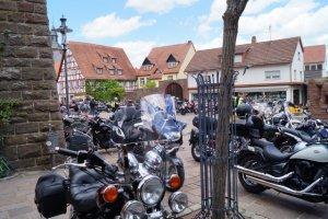 Motorräder auf dem Walldürner Schlossplatz