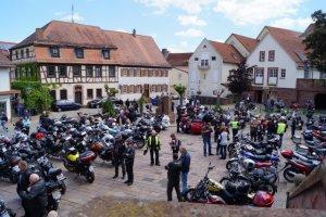 Motorräder und Motorradfahrer auf dem Walldürner Schlossplatz