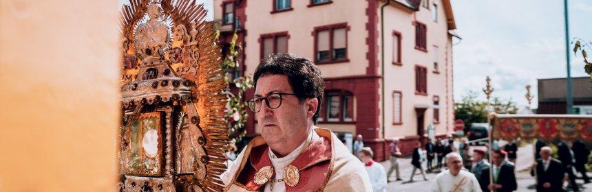 Wallfahrtsleiter Pater Josef mit Monstranz