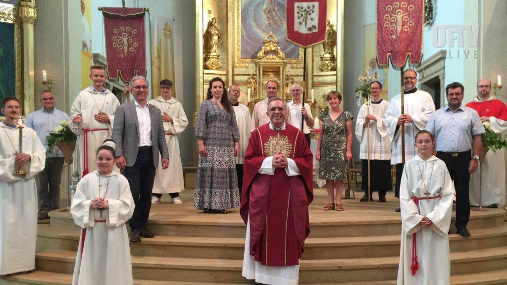 Altardienst und Pfarrer in Obertshausen