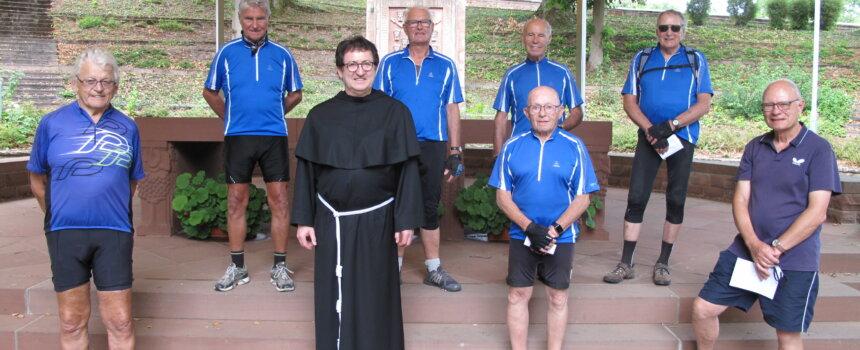 Pater Josef Bregluar und die Radwallfahrer aus Heidingsfeld im Altarraum des Freialtars