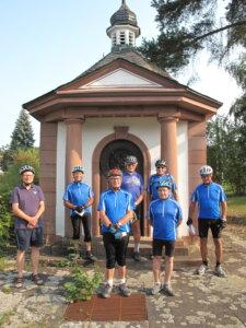 Radwallfahrer vor der Friedenskapelle Walldürn