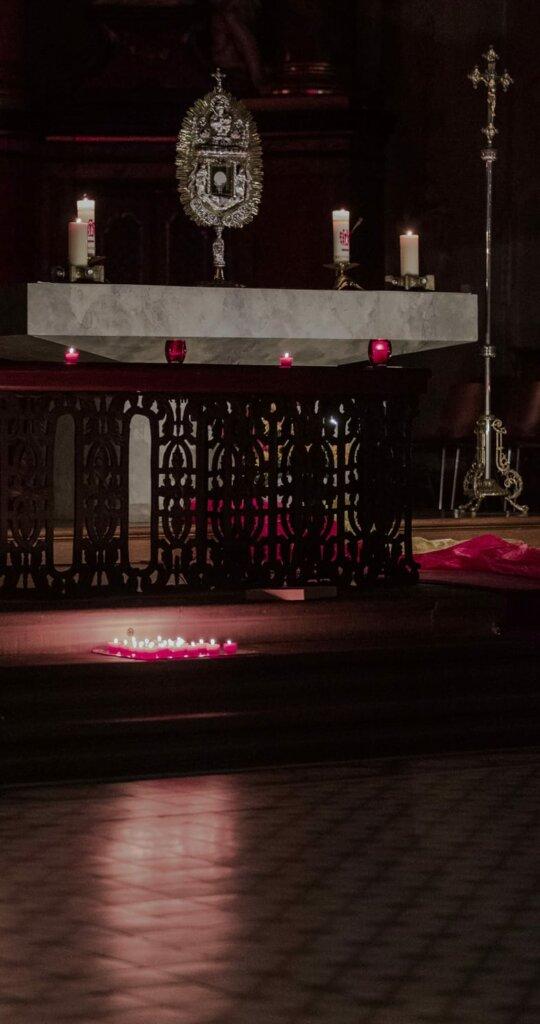 Monstranz auf dem Hochaltar in der Walldürner Wallfahrtsbasilika St.Georg während eines Stay & Pray