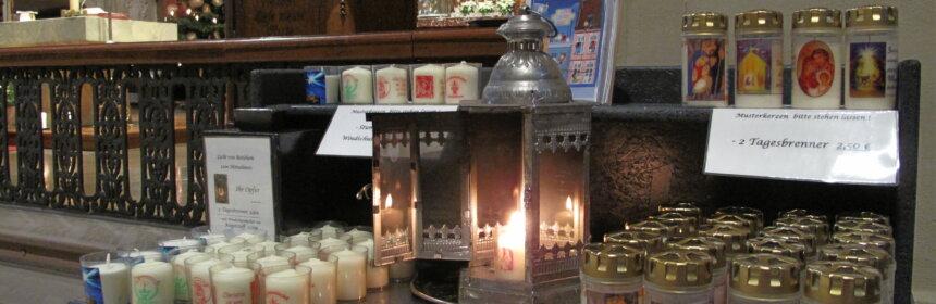 Tisch mit dem Friedenslicht in der Wallfahrtsbasilika