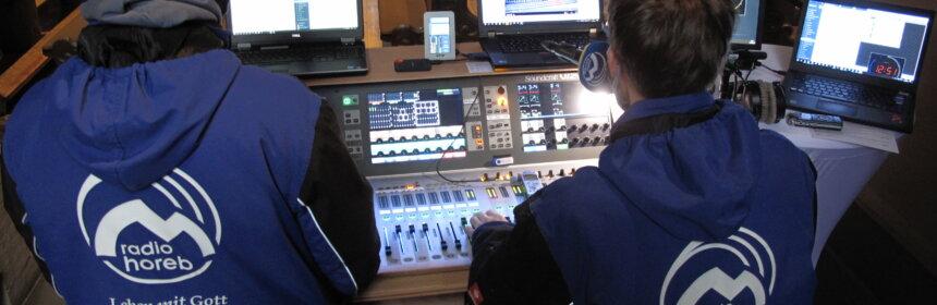 Radiotechniker vor Mischpult in der Wallfahrtsbasilika St.Georg Walldürn