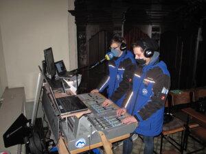 Techniker von Radio Horeb mischen am Mischpult den Ton ab
