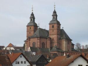 Wallfahrtsbasilika Walldürn trohnt über der Stadt Walldürn