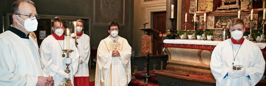 Stadtpfarrer Pater Josef vor dem Blutaltar bei der Eröffnung Wallfahrtssaison