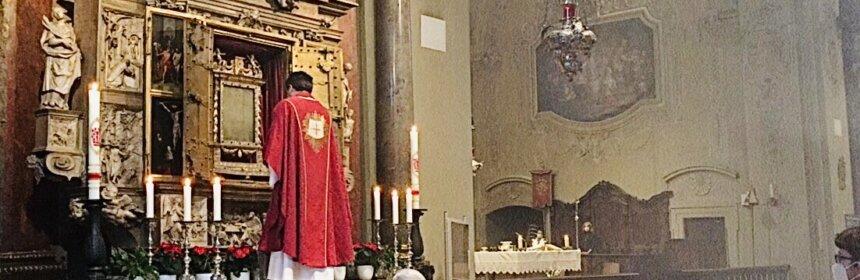 Wallfahrtsleiter Pater Josef bei der Schließung des Blutschreins 2021